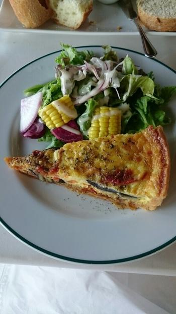 素材の持ち味を活かした王道・フランス料理が自慢のお店。季節ごとに変わる前菜の中には、人気のキッシュも。盛り付けの美しさも食欲をそそります。
