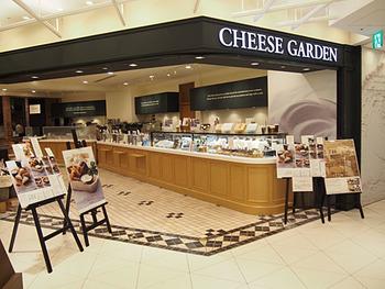 スイーツ店が並ぶ2階で、ひときわ広いお店が「チーズガーデン」は、1984年に栃木県の那須塩原にオープンしたお店の支店です。手前が物販、奥がカフェスペースになっています。