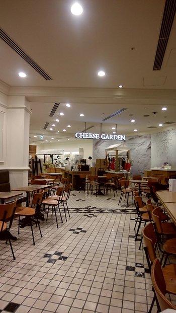 モノトーンのタイルと木目のテーブルや椅子がナチュラルな雰囲気のカフェスペース。カウンターとテーブルがあって、通路が広いのでゆったりとしています。ベビーカーでも入りやすいので、赤ちゃん連れのランチにもおすすめ。