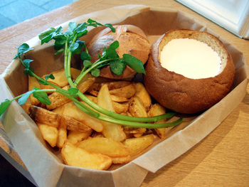 チーズガーデンは、那須塩原をはじめいくつかの店舗がありますが、ソラマチ店ではオリジナルのランチがいただけます。そのひとつが「チーズパンデュ」です。