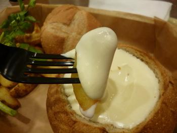 パンをくり抜いた中にトロトロのチーズソースがたっぷり入っていて、ポテトやパンにつけながらいただきます。濃厚なチーズのコクをぜひ堪能してみてください。