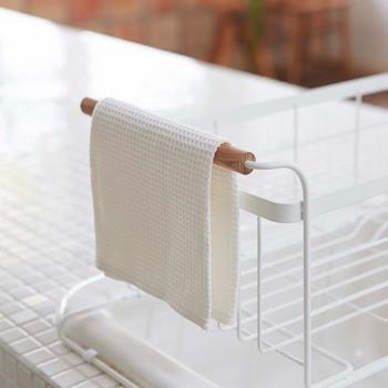 持ち手に布巾を干すことができ便利です。シンクに設置するタイプの水切りかごなので、狭いキッチンでも場所をとらず機能的ですね。