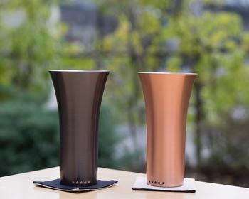 日本屈指の金属加工産地である新潟県燕市で製作されたWDHの純銅製タンブラーは、熱伝導にすぐれており、冷たい飲み物を冷たいまま、口当たり良く飲めるので、ビールはもちろんのこと、アイスコーヒーやアイスティーなども美味しくいただけます。