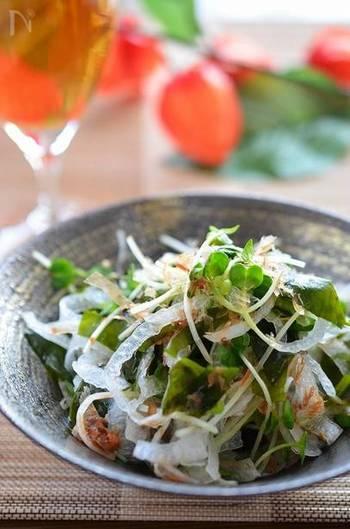 煮魚に合わせたいのが、さっぱり味の玉ねぎとワカメの和風サラダ。新玉ねぎでも勿論GOOD。生わかめのシャキシャキ食感を堪能できるレシピです。