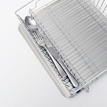 安心の日本製でしっかりとした造り。27cmまでのお皿やコップなどを安定して並べることができ、お箸やスプーンなどのカトラリー置きもついているので便利です。