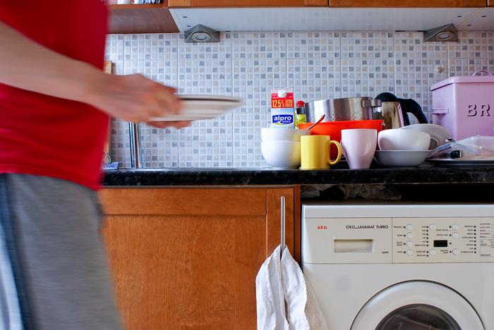 毎日毎日、お料理して食事をするたびに出るたくさんの洗い物。何かとごちゃつきがちなキッチンの元凶でもあります。水切りかごがあるのと無いのとでは、キッチンのスッキリ度に大きな差が生まれますよね。