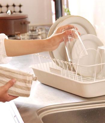 何かと億劫になりがちなお皿洗い。スタイリッシュで機能的な水切りかごがあれば、キッチンが洗い物でごちゃつくことなく、食後の後片付けが楽しくなりそうですね。