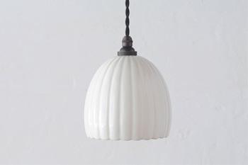 つぼみのようなシルエットがクラシカルで上品なランプ。磁器製の上品な質感です。