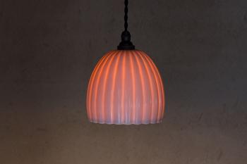 明かりを灯すと、磁器の薄い部分を通して柔らかに光が透けます。表情が全く変わりますね。