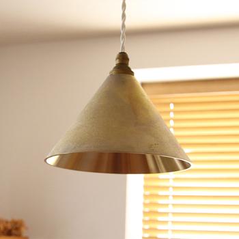 ずっしりとした雰囲気のある真鍮製のランプシェード。外側はざらりとした金属の質感が大人っぽい。