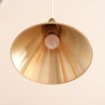 反対に内側はきらりとした金属の光沢がまばゆい。光を美しく反射してくれそうです。