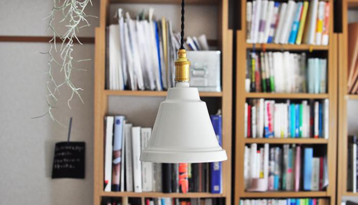 ぽったりとしたラインが磁器の暖かみを伝えてくれるランプ。お部屋の中にぽっと明るい光を灯してくれます。