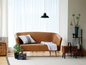 琺瑯製のランプシェードは、艶やかな質感とどこか懐かしい雰囲気が魅力。黒がさり気なくお部屋を引き締めてくれます。