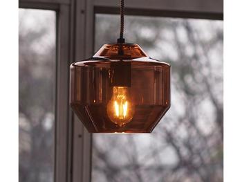 ガラスのランプシェードと言うとキラキラしたものを思い浮かべますが、こんなレトロなランプシェードも。ブラウンの色味に明かりが透けてオシャレ。