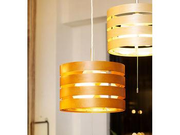 照明にも自然素材を取り入れたいなら、こんな木のランプシェードはいかが?和室洋室を問わず使えるデザイン。