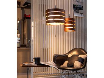 隙間から漏れる光がお部屋を暖かく照らします。明るい色味の他に、ダークブラウンもあるからどんなお部屋にも対応できそう。