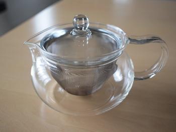 紅茶やハーブティーなどを楽しむ時に活躍するティーポット。このティーポットを使用するだけで、手軽に水切りヨーグルトができちゃうんです。