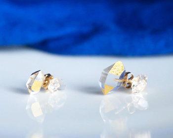 日本の伝統工芸を活かしたものづくりを続けるブランド「KARAFURU(カラフル)」。そんなKARAFURUとキナリノモールだけの限定商品がこちらのHAKUシリーズ。透明感あふれる美しく輝くハーキマークォーツの原石表面に箔を貼り合わせた、他にはない美しいピアスです。