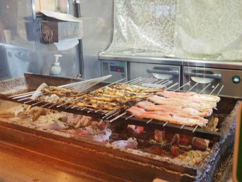 備長炭を使ってじっくり丁寧に焼き上げます。店内には香ばしい鰻の香りが広がり、食欲をそそります。