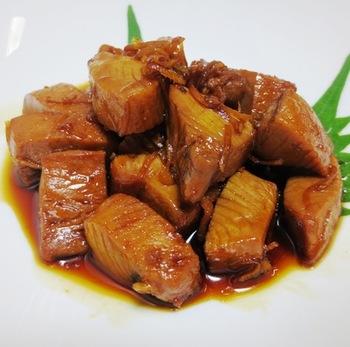 これからの季節に食べたいカツオを使った、甘辛のタレでじっくりと煮込む角煮です。自宅にあるお馴染みの調味料で作れるのも嬉しいポイント♪