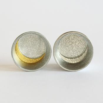 錫は熱伝導率が高いので、使用直前に酒器を冷蔵庫に入れるだけで、よく冷えて冷酒を飲むのにピッタリ。 画像右の錫と、画像左の金箔の2種類があり、美しく使い勝手も良い酒器はペアにして贈り物に しても喜ばれそう。