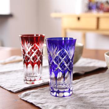 昭和46年創業のミツワ硝子工芸「硝子工房彩鳳」の、江戸切子の一口ビールペアグラス。透明なソーダガラスに、切子細工を施して仕上げていく江戸切子は、見ているだけでため息がでるほどの美しさで、しっとりと家飲みをしたい日に似合いそう。