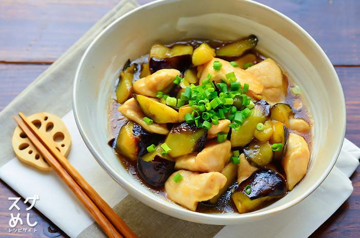 ヘルシーな鶏むね肉を使った、和風味の炒め煮。皮付きの鶏肉には、あらかじめフォークで小さな穴をあけてあげることで、ふっくら柔らかに。片栗粉でつけたとろみが、クセになる一品です。