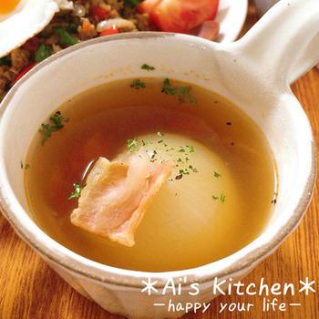 レンジで時短もできちゃう、新たまねぎの丸ごとスープ。たまねぎの底に十字に包丁を入れることで、丸ごとでもレンジで簡単に火が通ります。とろける味わいを是非お試しあれ。