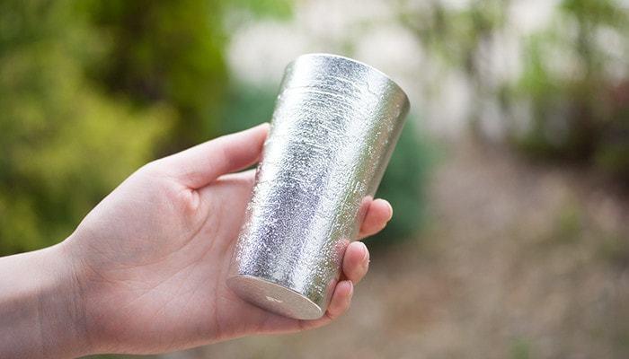 さらにビアカップは、24 KIRICOの高瀬季里子氏のエッチング技法により、北海道のシラカバの木肌模様がデザインされています。夜、家飲みに使うのも素敵ですが、休日にお庭や近くの公園などで仲間と飲む際にも似合いそう。