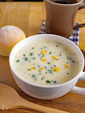 炒め玉ねぎとすりおろしじゃがいもの味わいがクセになる、シンプルなコーンスープ。コーン缶を使ったお手軽レシピです。粒々感とミルクが絶妙!