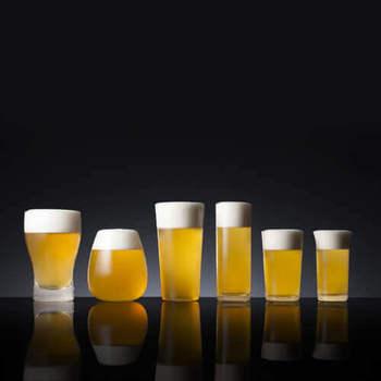 """その日の気分や食事に合わせてグラスを選びたい!そんな方におすすめの、藤巻百貨店と松徳硝子氏のコラボレーションから生まれた、""""飲み物の魅力を最大限に引き出す""""グラスセット。厚さや形状が異なるので、日替わりで試したり、家族それぞれお気に入りのマイビールグラスにしたり、ビール好きの方へのプレゼントにも喜ばれそう。"""