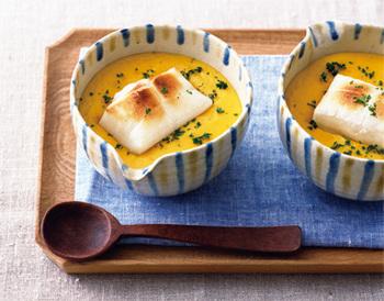じっくりと炒めたかぼちゃを水とコンソメで柔らかくなるまで煮込み、豆乳で伸ばしたかぼちゃのスープ。上にはお餅をのせて♪かぼちゃが濃厚で栄養満点!きれいなかぼちゃの黄色も元気をくれます。