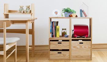 上の棚にはKOBOXを入れず、空間を作れば、ランドセルや教科書、学習道具を入れるデスク脇の棚として使うことも出来ます。小学生になっても新たに家具を買い足すことなく、使い続けることが出来るのが嬉しいですね!