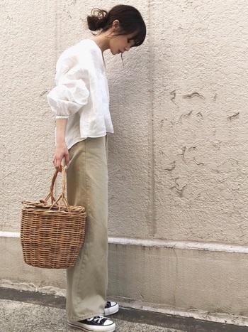 バルーンタイプの袖が優しい雰囲気を醸し出すリネンのブラウスには同系色のストレートタイプのチノパンをチョイス。足元はコンバースでアクティブ感を出しつつ流行りのかごバッグで女らしさも忘れない。この時期間違いない定番コーデです。