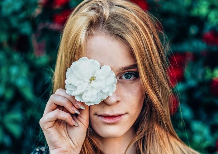 """いま、多くの方から支持を集めている""""オーガニック""""なもの。野菜や加工品などの食品だけではなく、衣料品や生活用品など、""""オーガニック""""はさまざまな形で暮らしの中に取り入れることができます。特に、毎日使う化粧品は「オーガニックコスメを選ぶ」という方が増えてきているようですね。だけどそもそも""""オーガニック""""や""""オーガニックコスメ""""がどんなものなのかあまりよく知らないまま、イメージだけで選んでいるという方も多いのではないでしょうか?"""
