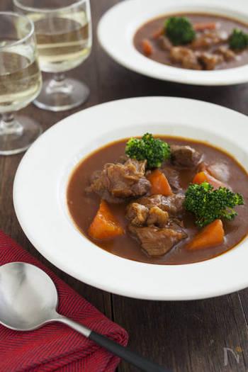 牛すね肉を使ってじっくり煮込んだビーフシチュー。パーティーメニューとしてもおすすめです。肉のうまみたっぷりのデミグラスソースに、インスタントコーヒーがさらなる奥行きをもたらします。