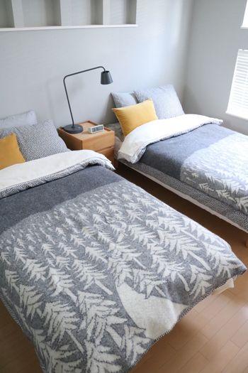 ビビッドな色が好き…という方は、アクセントとして、大好きなカラーのクッションをプラスしてみるのもおすすめです。統一感がありながら、手軽に寝室の雰囲気を変えることができます。