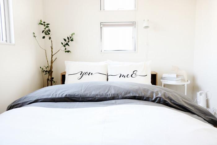寝室に緑があるだけで、リラックスムードたっぷりの癒しの空間を演出できます。そしてなにより、温かみが増しますよね。シンプルな寝室でも、緑を取り入れるだけでナチュラルな雰囲気に。