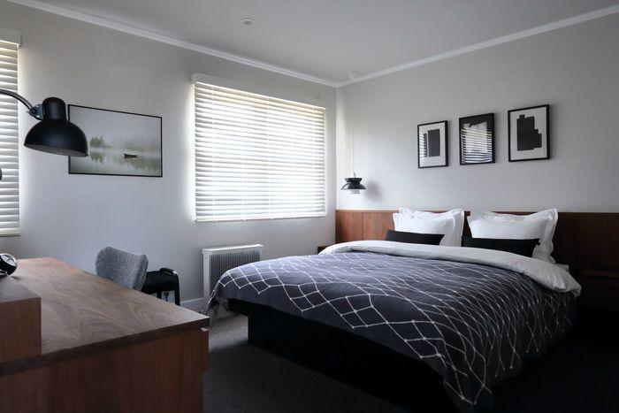 お気に入りのカラーやアイテムでリラックスすることも大切ですが、おしゃれな空間にして、心が躍るわくわく感を演出することも大切です。素敵なポスターを飾るのも、心地よい寝室を演出するためのテクニックです。