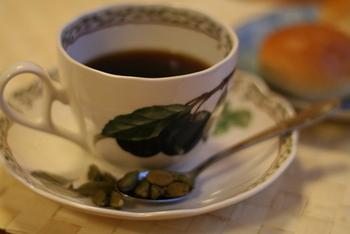 コーヒーにカルダモンをひと粒香らせたアレンジ。あまりコーヒーを甘くアレンジしたくないという方にもおすすめ。いつものコーヒーに、ほんの少しだけの変化はいかが?