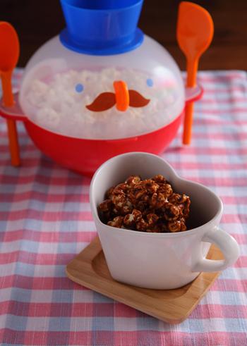おうちで作るポップコーンに、インスタントコーヒーとホワイトチョコレートなどを合わせたものをからめて。ポップコーン用のとうもろこしがあれば、フライパンで手軽に作れます。