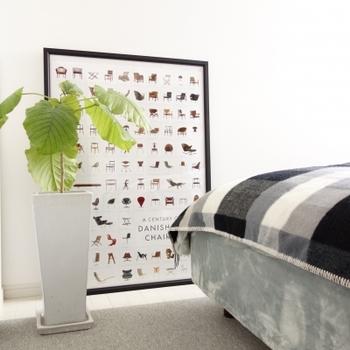 賃貸などで壁に穴を開けられない場合には、壁に立てかけるのもひとつの方法です。殺風景な寝室でも、おしゃれな空間にランクアップ♪