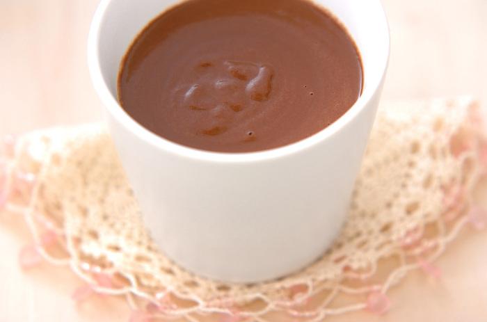 ミキサーにかけた豆乳、豆腐に、クローブなどのスパイスを加えて火にかけ、チョコレートやインスタントコーヒーをプラスします。とろりと甘く、スパイシーな香りに癒されます。クラッカーなど添えて、くつろぎの時間に。