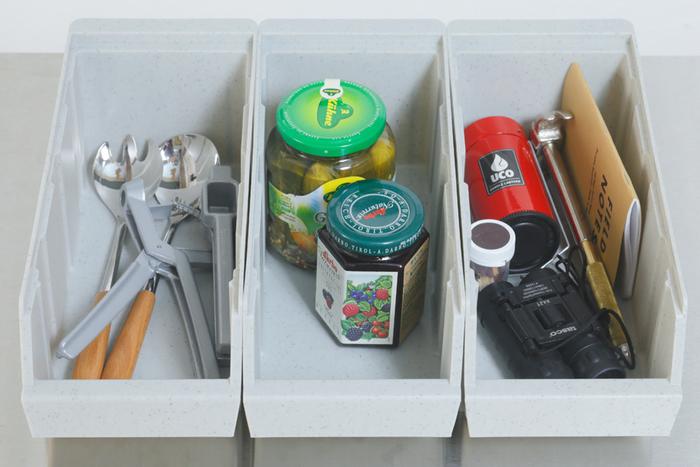 細かいものを入れておくのに便利な収納ケース。重ねて使えるので、場所に応じた置き方ができます。キッチンツールを分類して入れたり、カトラリーを入れたり、ちょっとしたメモ書き用のものを入れたり、柔軟な使い方ができるので、狭い台所だけどこまごまとしたものを散らかさずに置いておきたいという人におすすめです。取っ手がついているので持ち運びしやすいのもありがたいですね。
