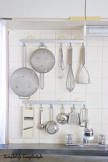 キッチンツールをきれいに収納したくても、スペースに全く余裕がない...とお困りの方もいるのでは?そういう場合はシンク上やコンロ上の壁を有効活用。壁掛けにするなら、ごちゃごちゃに見えないように、並べるツールを厳選するのも忘れずに。ここであまり使わないツールを並べると、使わぬうちに汚れが飛んで汚くなってしまいます。よく使うツールは何か、把握しておくようにしましょう。