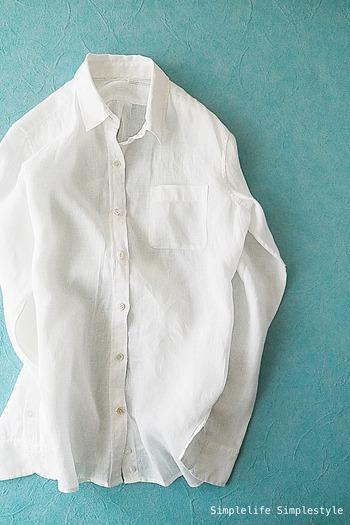 着心地のいい洗いざらしのフレンチリネンシャツ。シンプルな白シャツは一枚あると便利なアイテム。