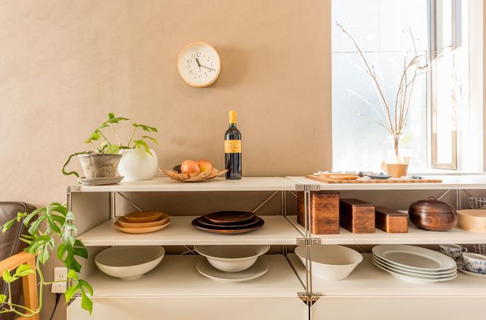 食器棚そのものをディスプレイとして見せるのもアリ。上段にお気に入りの食器と季節の小物を取り入れれば、インテリアショップのよう。