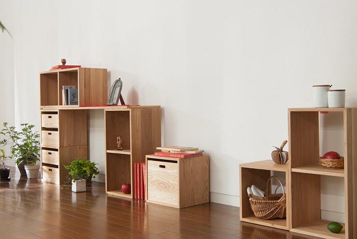 【組み合わせ例】 左奥:KOBAKO×1、たなKOBAKO×2、2KOBAKO×2、KOBOX(L)×1、KOBOX(M)×4、KOBOARD(L)×1 右手前:KOBAKO×1、2KOBAKO×1  みんなが集まるリビングルームの壁面収納棚として。家族みんなが、普段よく使うものを収納したり、ディスプレイを楽しんだり、どんな配置にしようか、考えるのが楽しくなりそうです。