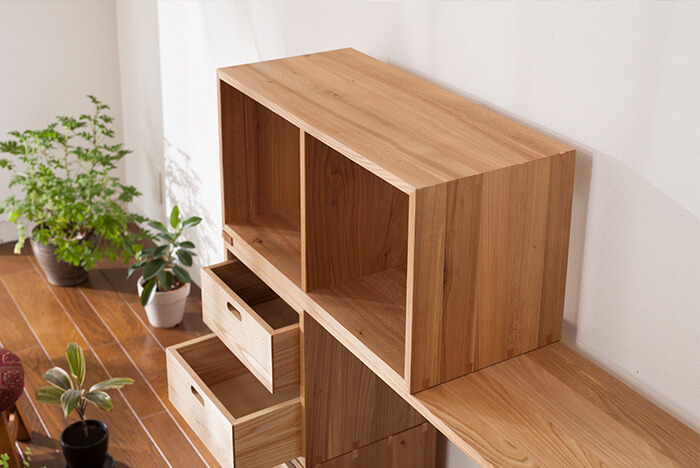 暮らしに優しく寄り添うKOBAKOの家具は、生活スタイルや、空間を有効に使うことが出来る頼れるパートナー。 丈夫で質が良いからこそ、永く使い続けることができ、どんどん愛着もわいてきそうですね…。 新生活のスタートや、その時の気分で、組み変えを楽しんだり、自由な組み合わせ、配置で、自分だけのお気に入りの空間を作ってみてはいかがでしょうか。