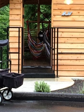 グラマラス(魅力的な)とキャンピングから生まれた造語「グランピング」に、温泉の魅力も加わった施設「おんせんキャンプShimaBlue」は、2017年4月にオープンした優雅に自然を満喫できる宿泊スポットです。